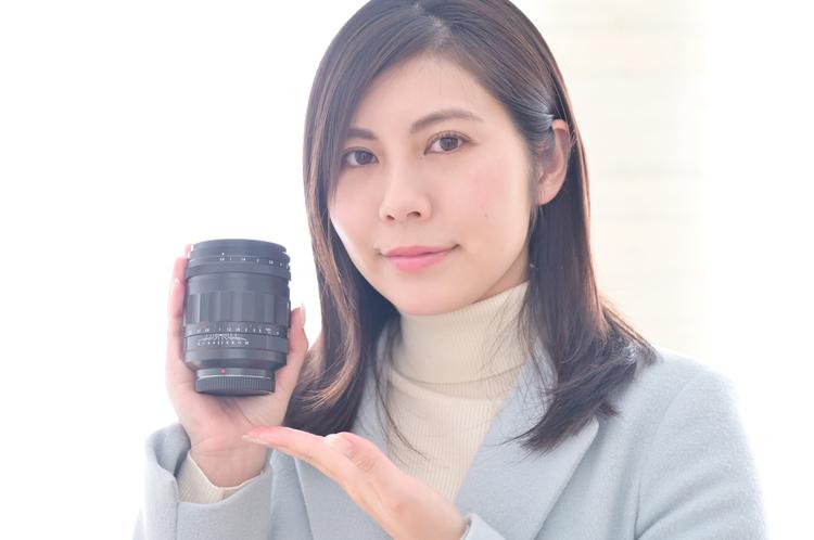 00_コシナ フォクトレンダー SUPER NOKTON 29mm F0.8 Asphericaを手に持つ女性.jpg