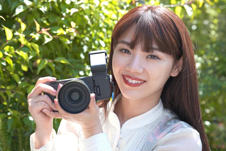 00_シグマ fp Lを持つモデルの大川成美さんの写真.jpg