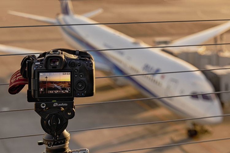 00_レオフォト(Leofoto)の三脚を使って夜の飛行機撮影している画像.jpg