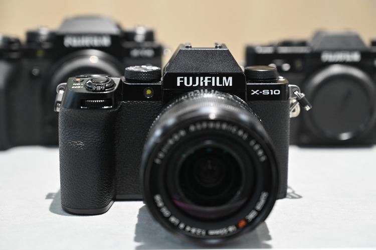 00_富士フイルム_X-S10の製品画像.jpg