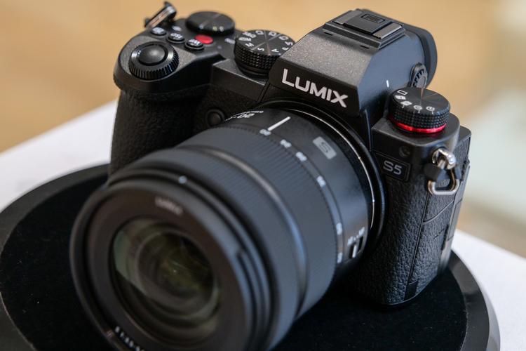 01_パナソニック LUMIX S5製品画像.jpg