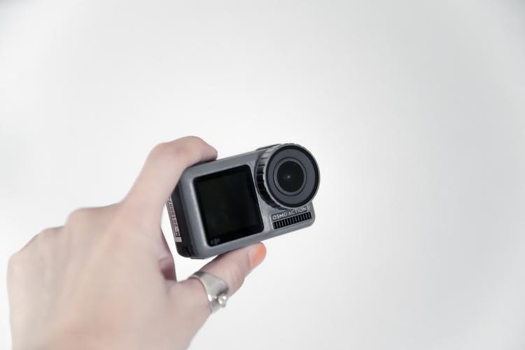 02_アクションカメラを手持ちする画像.jpg