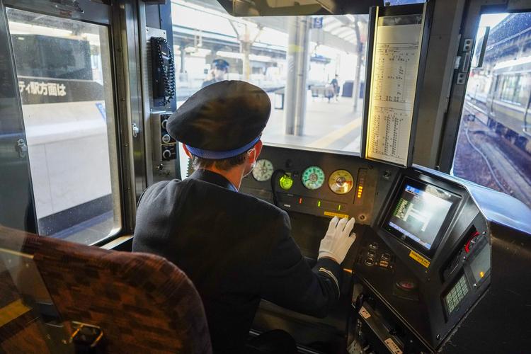 04_鉄道運転士を写したスナップ作例.jpg