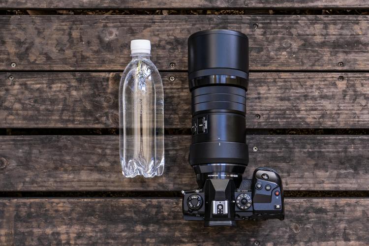 04_M.ZUIKO DIGITAL ED 300mm F4.0 IS PROとペットボトルとの大きさ比較.jpg