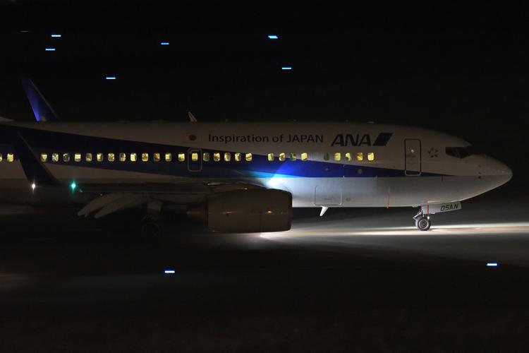 飛行機を暗所で撮影した写真