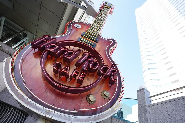 ギターのモニュメントを撮影した写真.JPG