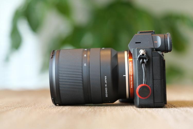 レンズを装着したカメラの画像.JPG