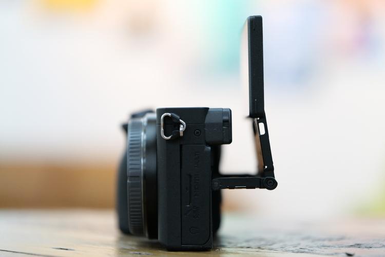 チルトモニターを横から撮影した写真.JPG