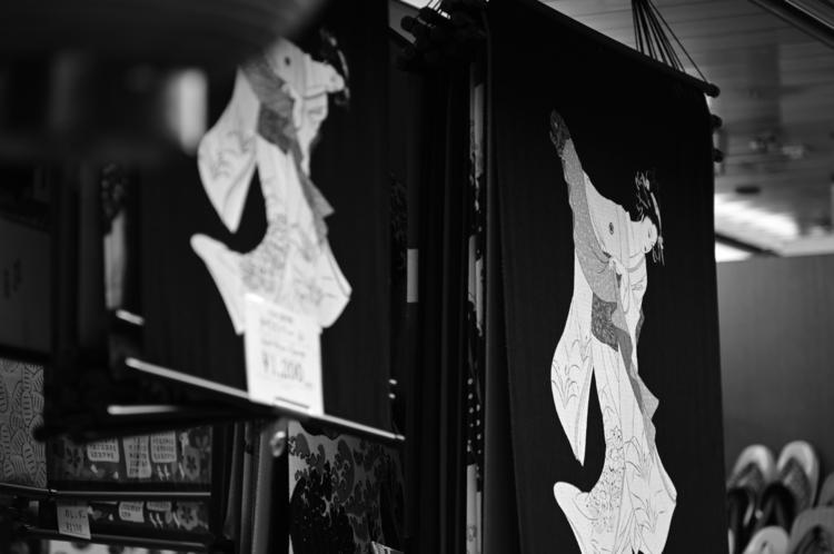 モノクロで暖簾を撮影した写真.JPG