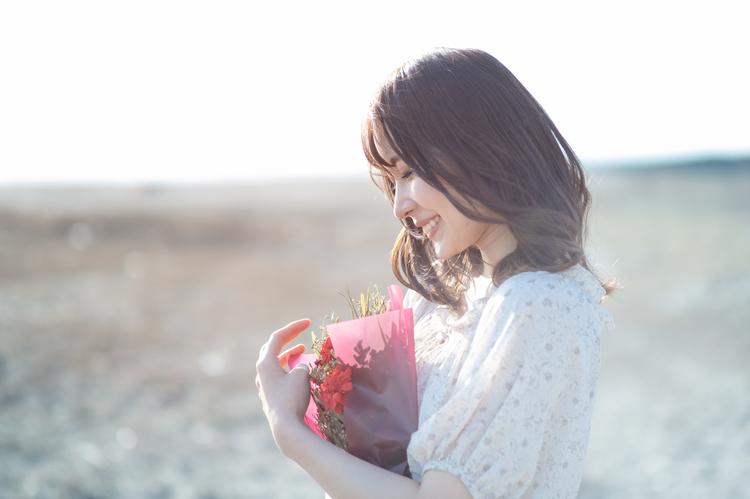 海辺で花束を持つ女性_5.jpg