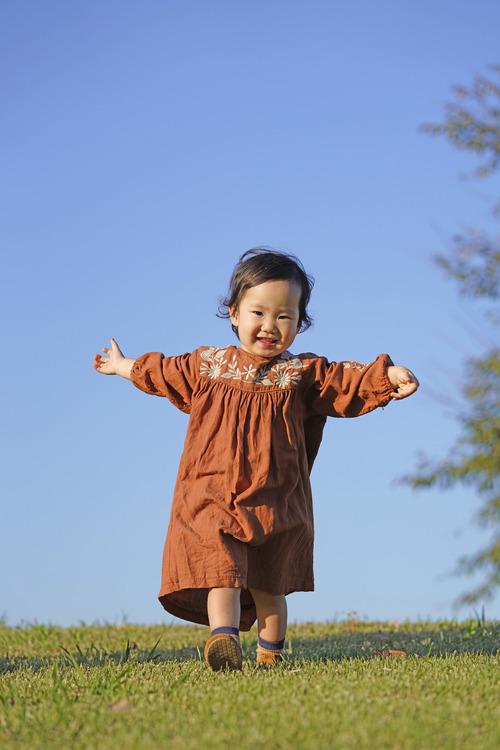 芝生をあるく子供の画像.JPG