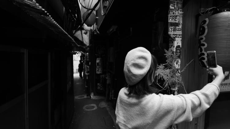 路地裏を携帯で撮影している画像.JPG